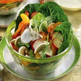 Салат с редиской и листьями салата в прозрачной миске