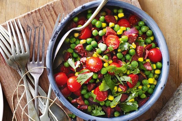 Теплый салат из гороха, кукурузы и чоризо