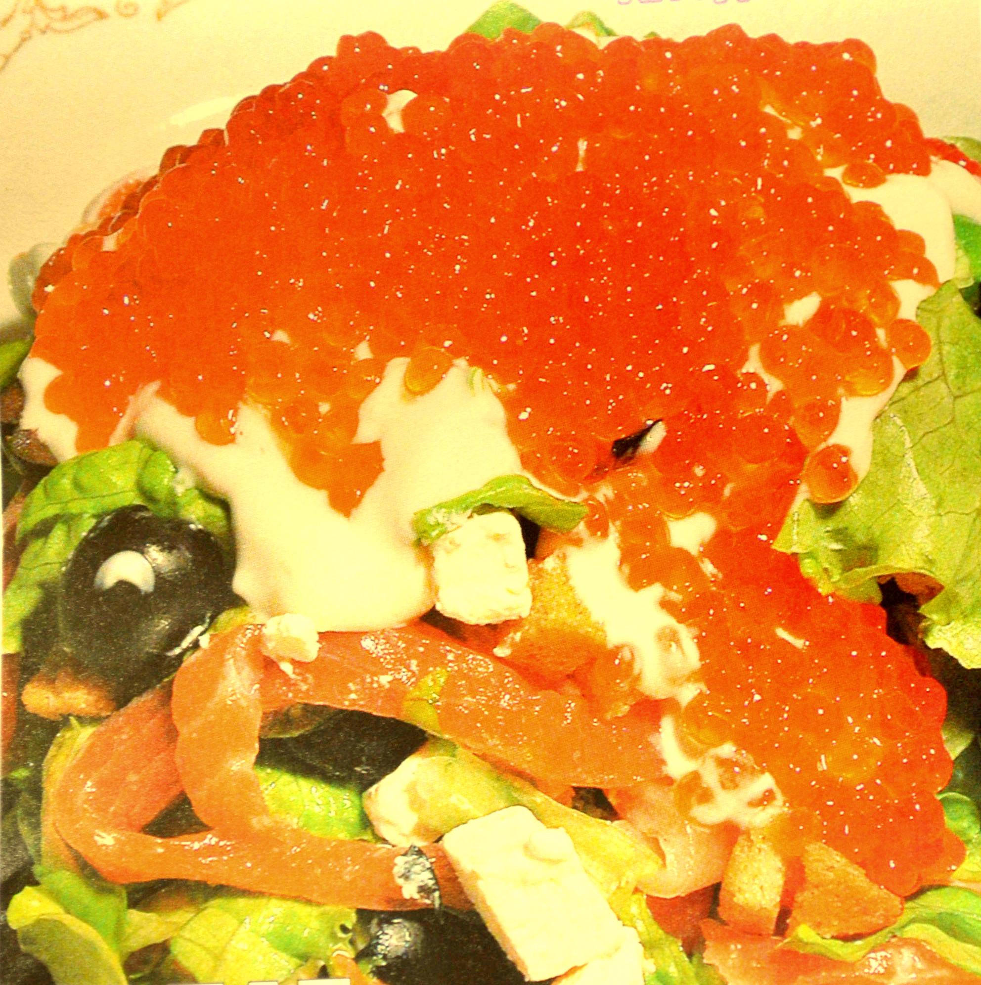 Салат с семгой и красной икрой и листьями салата