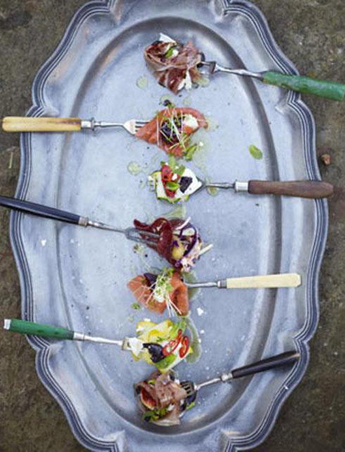 инжир, сыр моцарелла и пармская ветчина на вилке