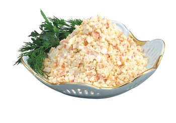Салат из крабовых палочек на блюде