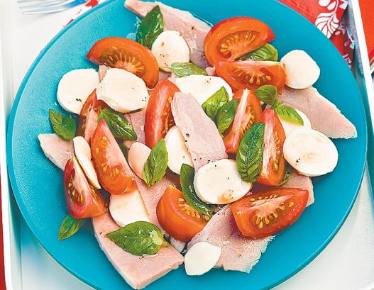 Салат с ветчиной на тарелке