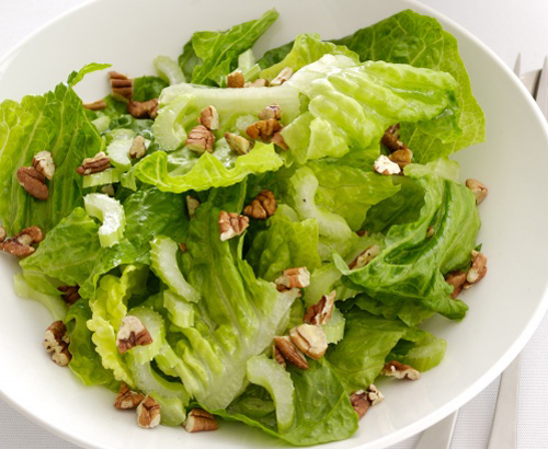 Салат из сельдерея на тарелке