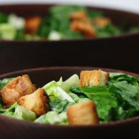 Салат цезарь в глиняной миске
