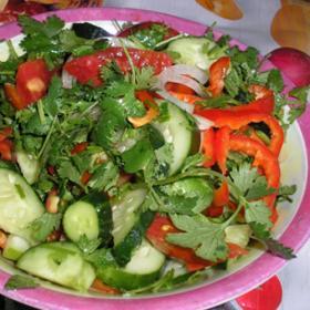 Салат с помидорами, огурцами и болгарским перцев