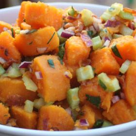 Сладкий картофельный салат с беконом