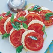 Салат Капрезе на тарелке