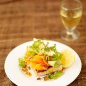 Салат подкопченый лосось с авокадо на тосте чаббаты