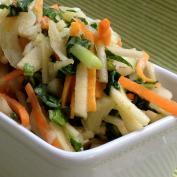 Морковный салат с яблоком, медом и грецким орехом