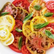Салат из помидоров на тарелке