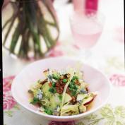 Летний хрустящий салат с грецкими орехами и сыром горгонзола