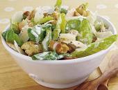 Салат цезарь с курочкой в белой салатнице
