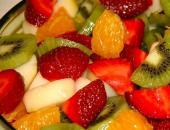 Салат из фруктов в салатнице