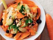 Салата с морковью и сельдереем на тарелке