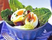 Салат со свеклой и яйцом в салатнице.