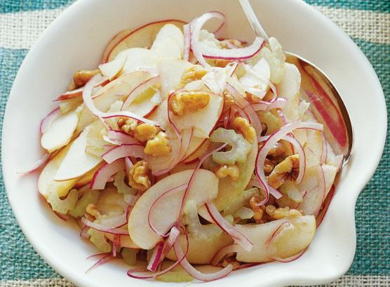 Яблоки, сельдерей и грецкие орехи в салатнице